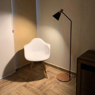 Living con lampara de pie ostende negro y cobre