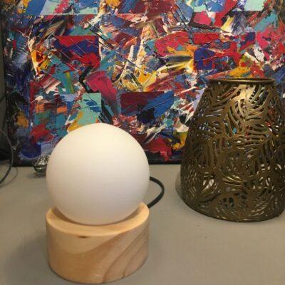 bazar de luces, velador madera y bocha cristal carilux