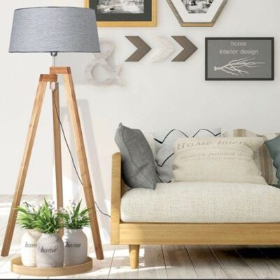 Living Nordico iluminado con lampara de pie tripode madera