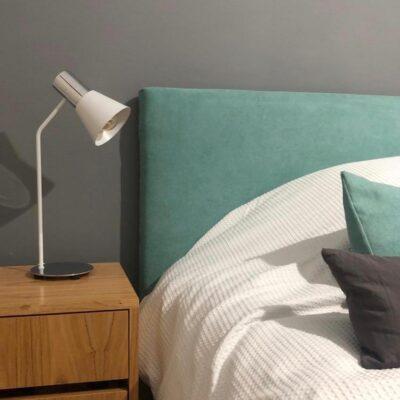 Dormitorio ambientado con lampara de mesa ostende blanco y cromo